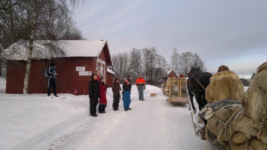 En skikkelig god-tur-gjeng ventet oss, og kanskje spesielt Mikkel, da vi passerte hjemplassen hans. Foto: Karine Bogsti