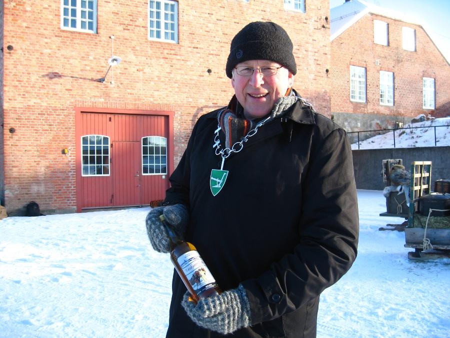Stanges ordfører, Nils Røhne, med eksportvare fra flatbygdene, som skal til ordføreren 30 mil lenger nord, til Røros. Legg forøvrig merke til ordførerenens tidsriktige votter, Romedalsvotter. Foto: K.Bogsti