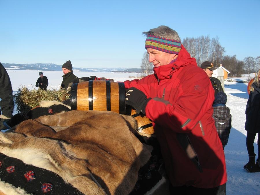 Erik Gjestvang i Atlungstads venner sikrer at eikefat blir med lasset til Røros. Foto: K. Bogsti