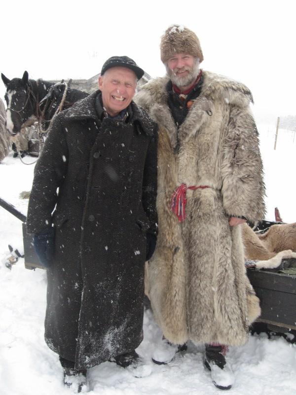 Ullster, slik som Emil har her, er den tradisjonelle lasskjørerantrekket, dvs en frakk i ull. Kanskje brukte noen ulvepels også (som Jørgen har) men det var nok mer vanlig hos gardbrukera sjølve på 1800-tallet. Foto: Karine Bogsti