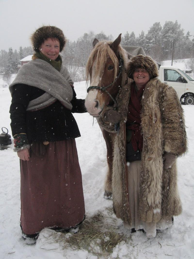 Vømmøl, lin, ull, ull og ull er lasskjørerklær. Bundingstørkle og Rørosluer. Her Mari og Eli. Foto: Karine Bogsti