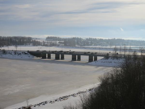Vi krysser maaange bruer på tur nordover, men det er bare denne ene gangen det er Mjøsa vi krysser på grensa mellom Stange og Hamar. De andre gangene er det stort sett Glomma vi krysser. Foto: Karine Bogsti