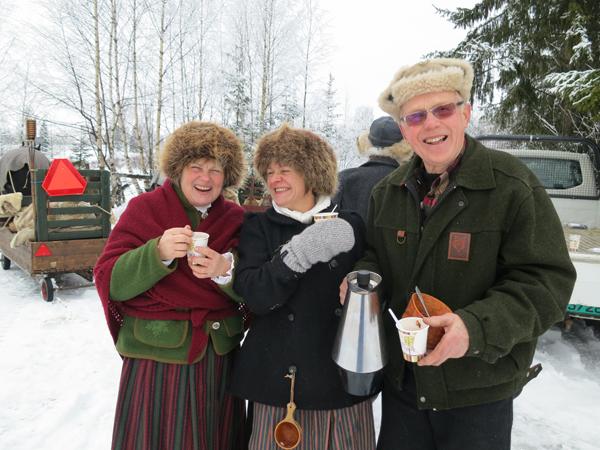 """Da vi kom til koia til Mikkel Dobloug (t.h.), høgterte han med varm drikke. Liten tvil om at det smakte, og Eli og Marit koser seg """"gløgg"""" i hjel. Foto: Karine Bogsti"""