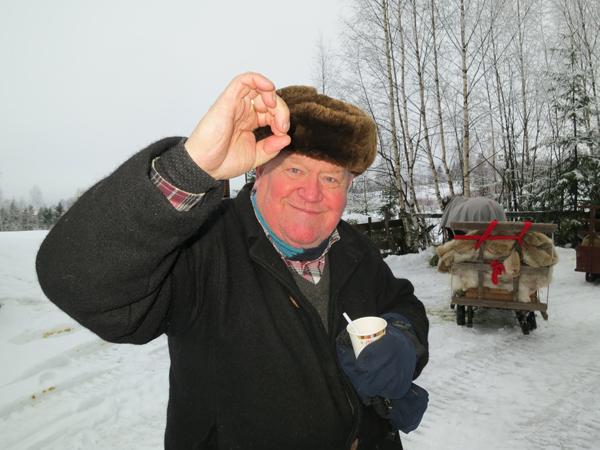 """Erik lager en """"O"""" for OL, for vi startet på samme dag som OL er i gang. Erik tar gjerne imot meldinger om medaljer vi får undervegs, av dem vi møter på tur nordover. Foto: Karine Bogsti"""