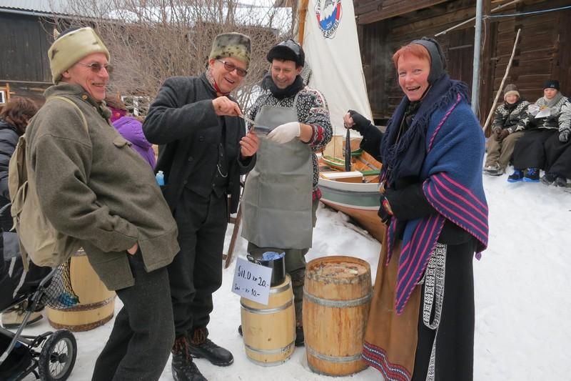 Lasskjørere fra Hedmarken vurderer kvaliteten på silda til lasskjørerne fra Trøndelag kjørelag, her representert ved Ivar Hovden.  Foto: Karine Bogsti