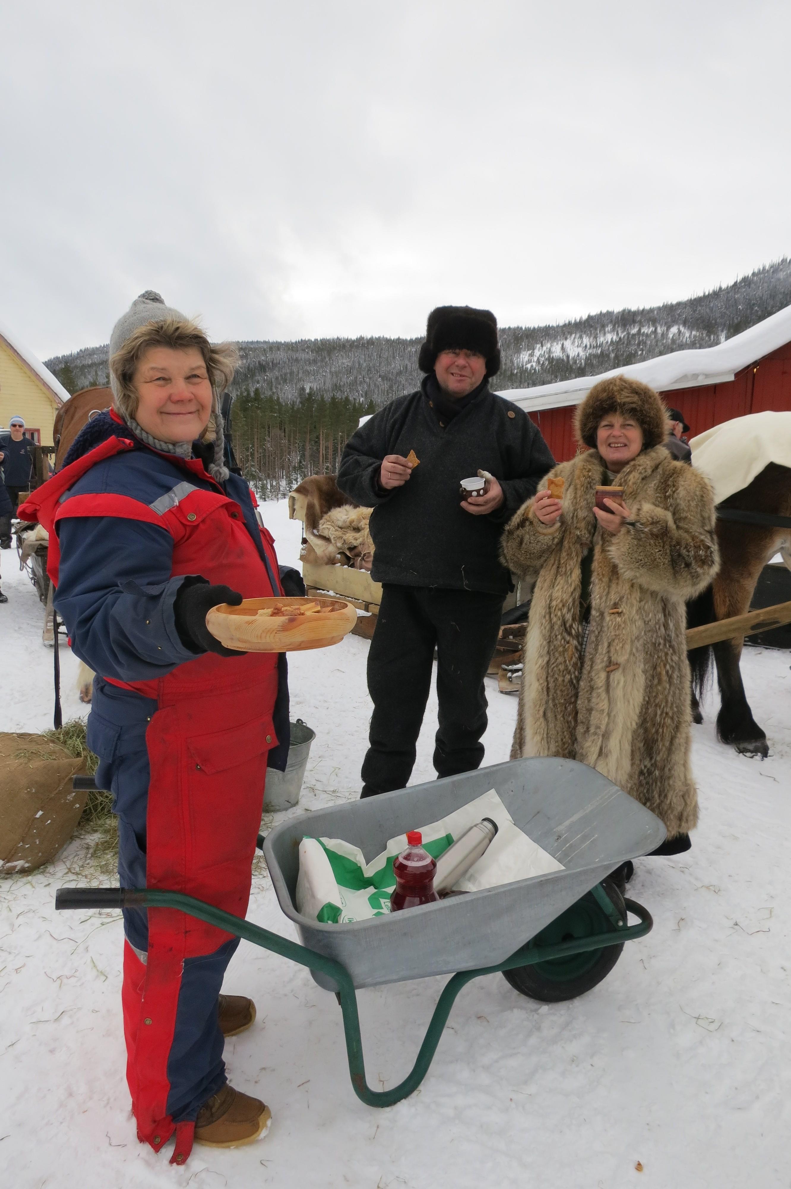 Er det ei kake de har i Østerdalen og ikke på Hedmarken, og som smaker HIMMELSK godt, så er det sirupstynnkake. Tenk å da kunne bli møtt av trillende bufe med nettopp siruptynnkaku og kaffe, og vatn til hesta. Tusen takk, Bjørg og Leif Trønnes, som serverte da vi passerte dem på Øyseth, Holøya i Atndalen. Foto: Karine Bogsti