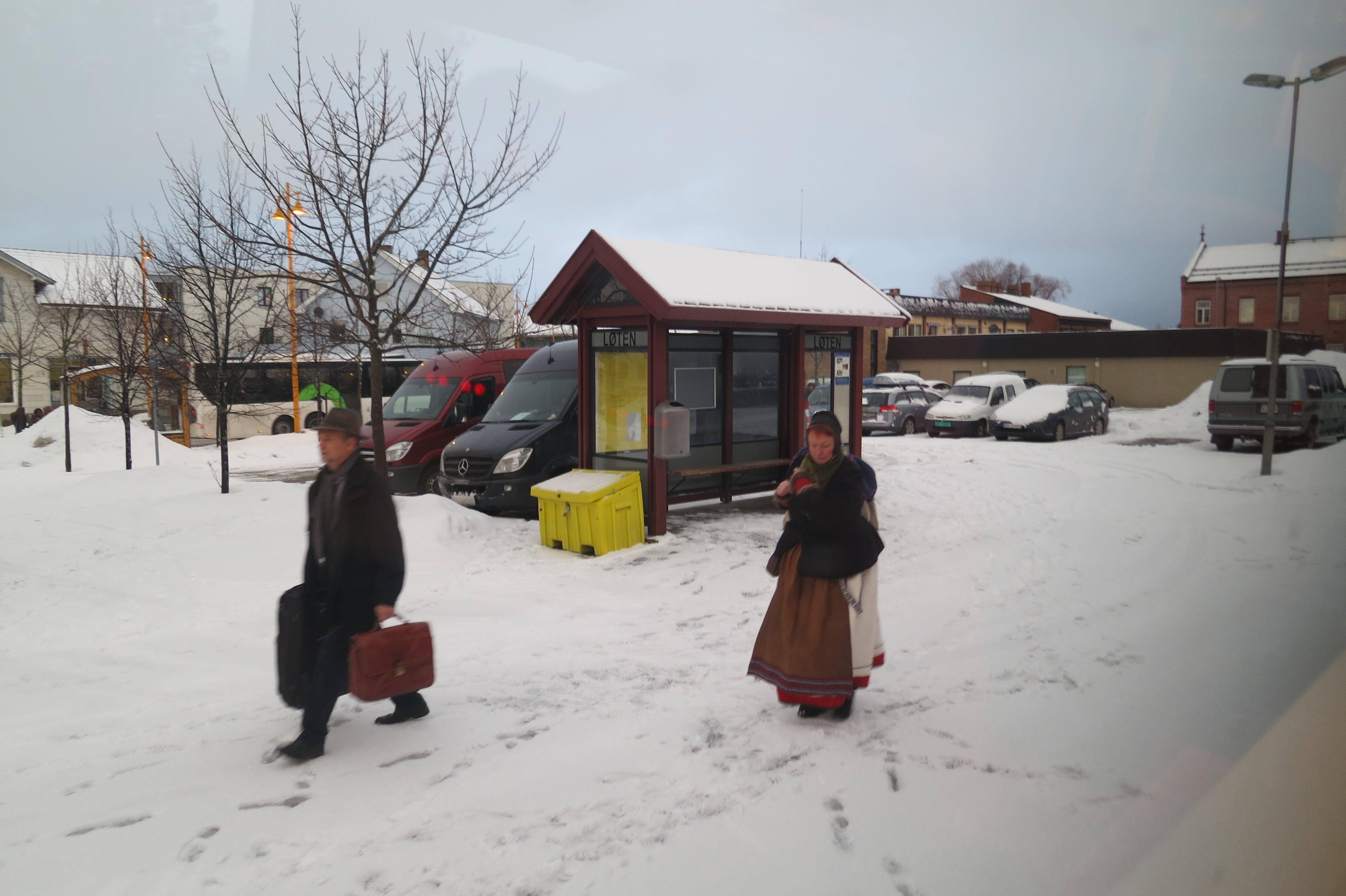 Løten stasjon, og Mari er på vei til toget. Foto: K. Bogsti