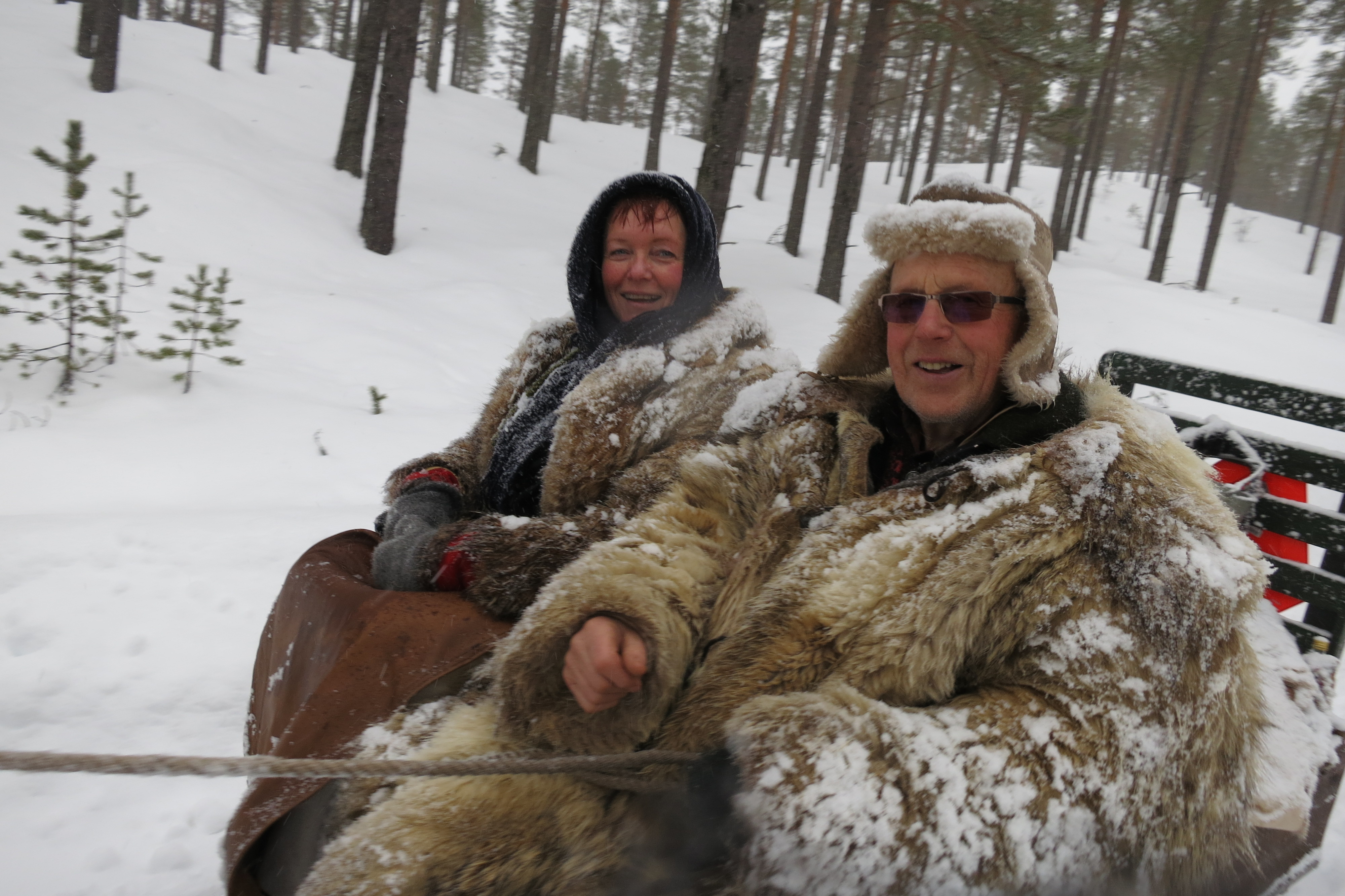 Snøete lasskjørere, men like blide er Mari og Mikkel. Foto: Karine Bogsti