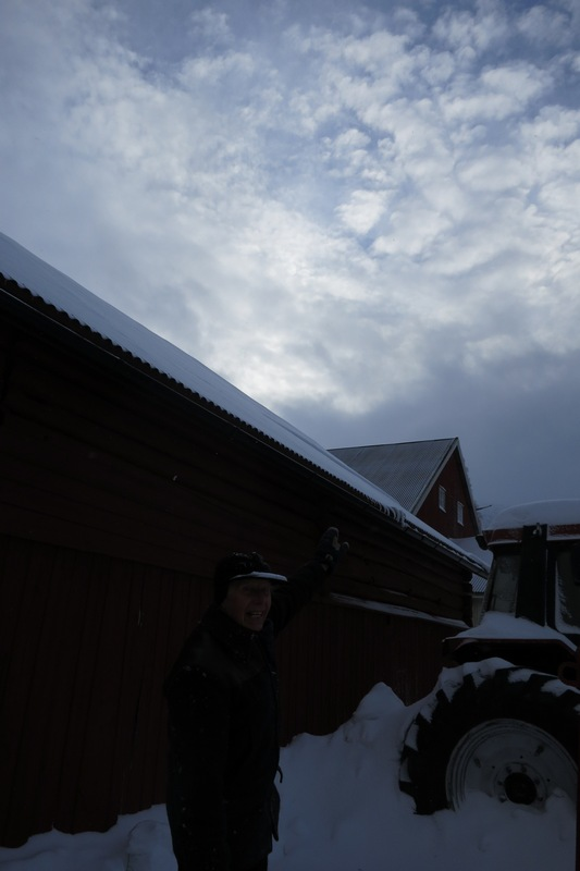 Har du sett - et glimt av blå himmel, som Emil peker mot. Det ble med dette vesle vi så i dag. Foto: K. Bogsti