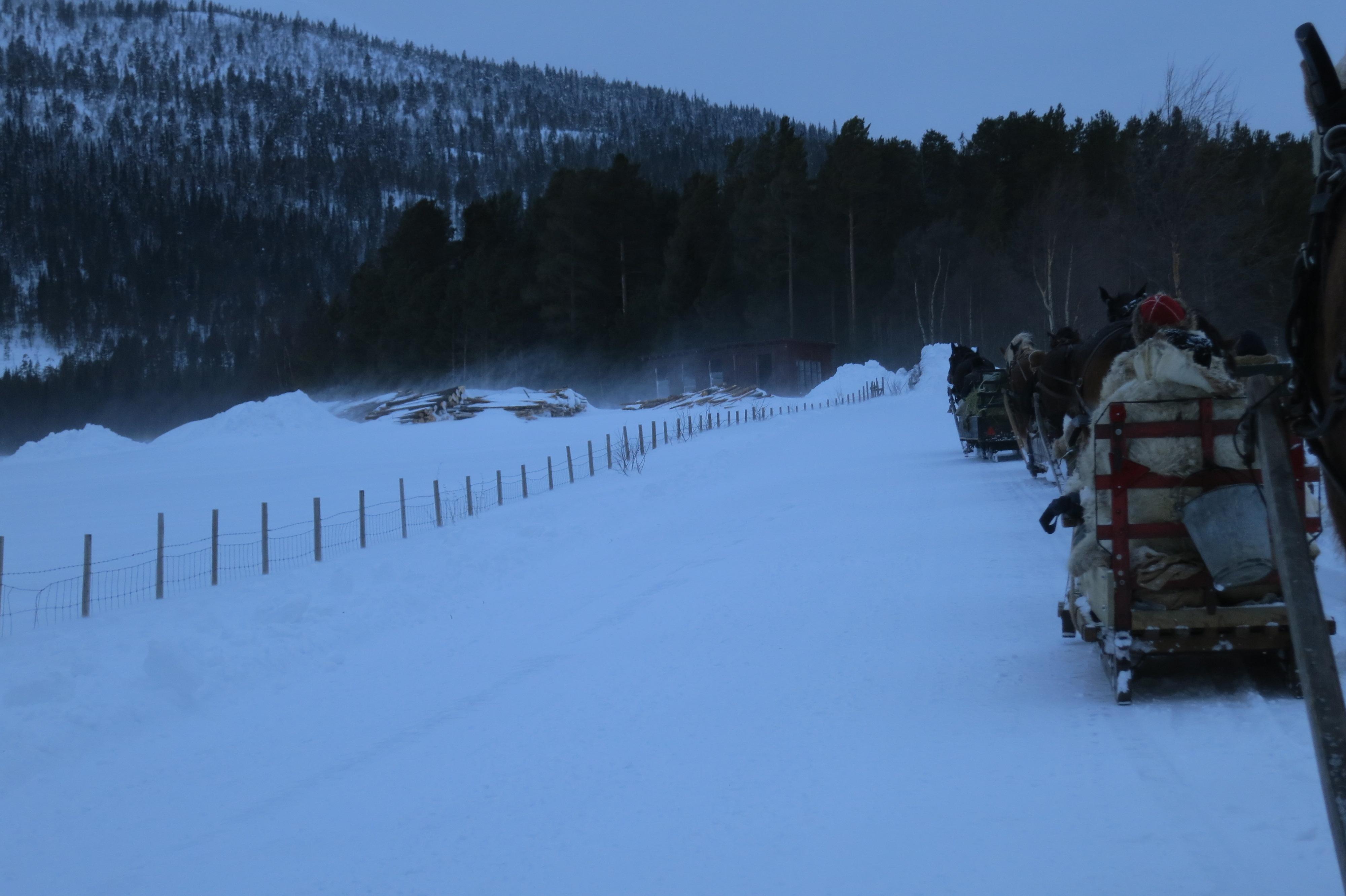 Det har blåst skikkelig i dag, og snøen har føyka rundt ørene våre. Heldigvis har vi ikke kjørt i motvind. Foto: Karine Bogsti