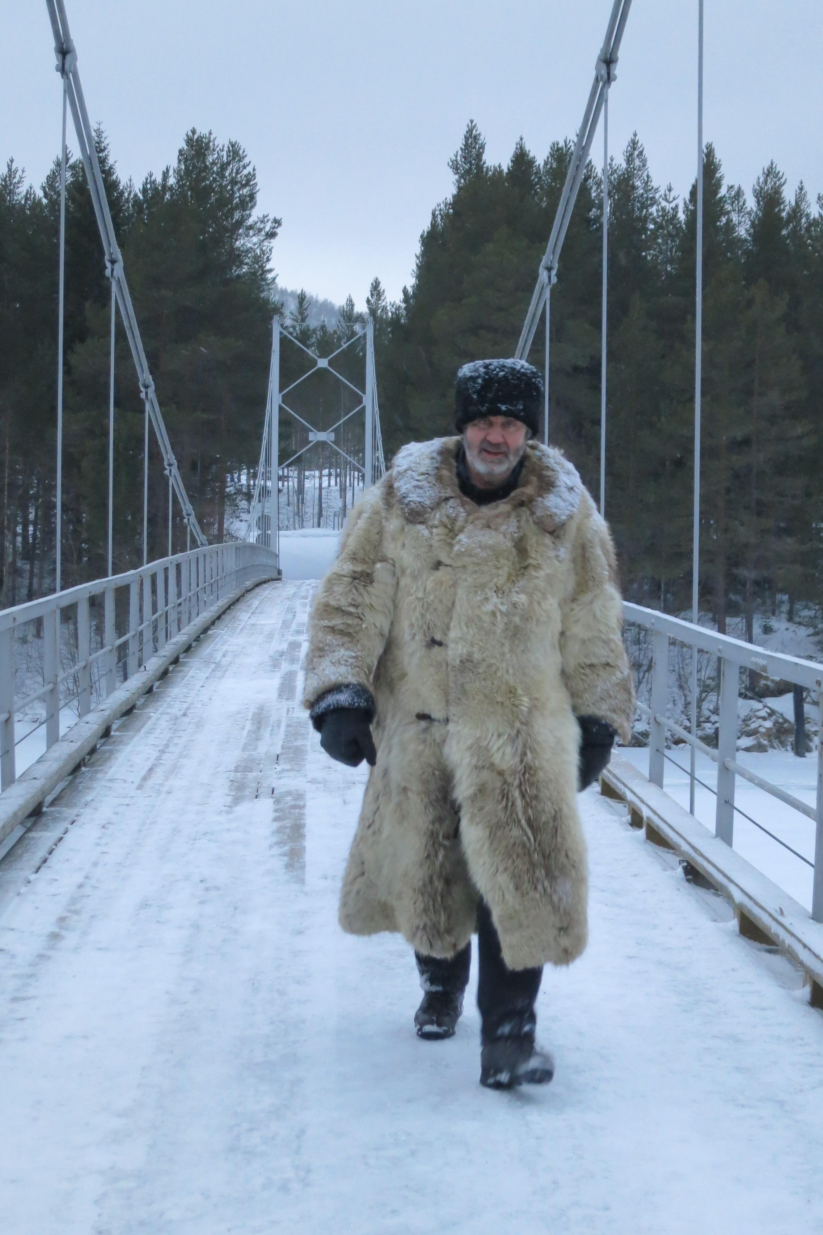 Hans går seg varm over Kvebergbrua. Foto: K. Bogsti