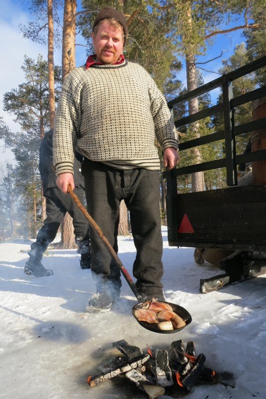 Nam! Truls steiker flesk og litt innmatpølse (fra Brovold) på tyribål i langkvilen. Foto: Karine Bogsti