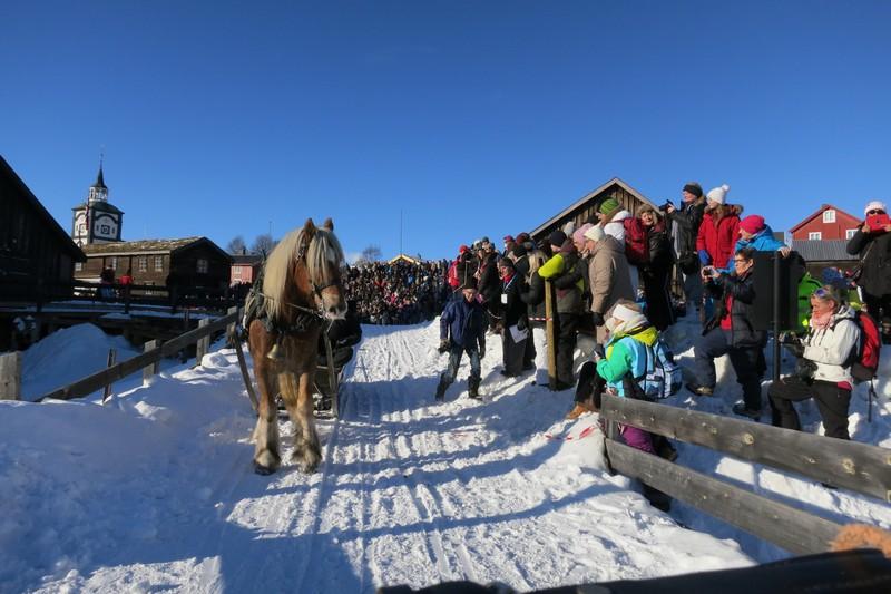 Den 161, martnan er i gang, og mye folk hadde møtt fram på åpninga. Foto: Karine Bogsti