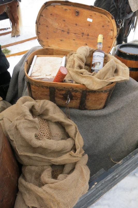 Vi har vist fram korn, erter og litt flatbrød, spekepølse og lasskjørerdram (i ferdasskrinet) på Rørosmartnan i dag. Matvarer som korn (ofte malt) og erter var de viktigste varene som ble fraktet fra Hedmarken til fjellbygda og gruvesamfunnet Røros. Maks 20 prosent av kaloribehovet som industrisamfunnet på Røros trengte, ble produsert der. Resten måtte de skaffe utabygds. Hedmarkingene kjøpte ofte sild (som trønderne hadde med) og også kvernsteiner (fra Selbu) på marten og fraktet tilbake til flatbygdene. Foto: Karine Bogsti