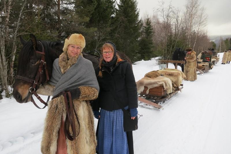 Hesten Blystadlappa med kusk Gry Ottesen fra Biri/Hamar og fotograf og kokkas stuejinte Karine Bogsti. Foto: Mari Bryhni