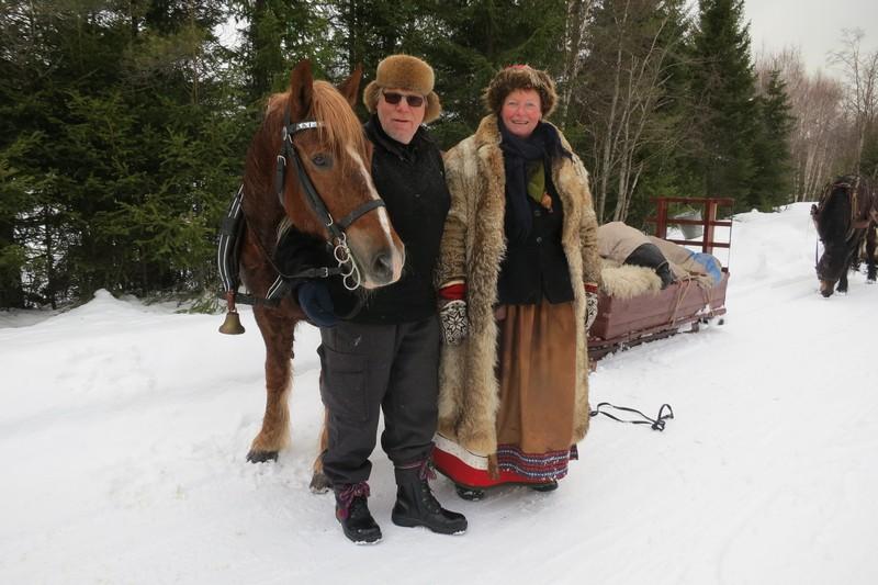 Hesten Smukken med kusk Kjell Ivar Stensli fra Brumunddal og kokka vår; Mari Bryhni fra Løten. Foto: Karine Bogsti