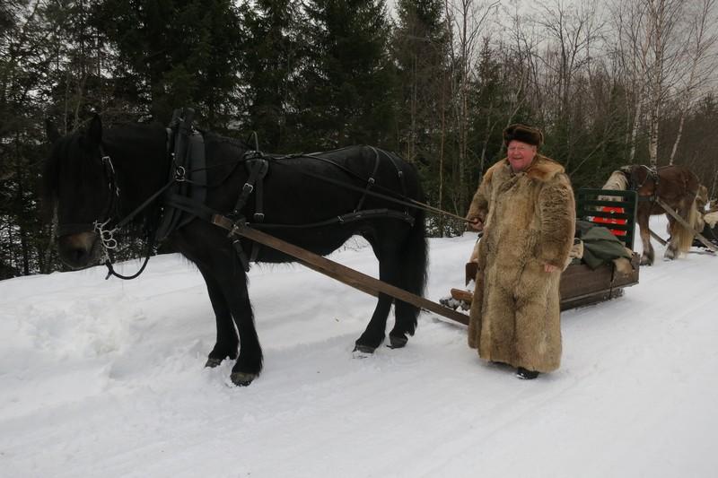 Hesten Molly og kusk Erik Flagstad fra Vang. Mikkel Dobloug er hjelpekusk på denne sleden. Foto: Karine Bogsti