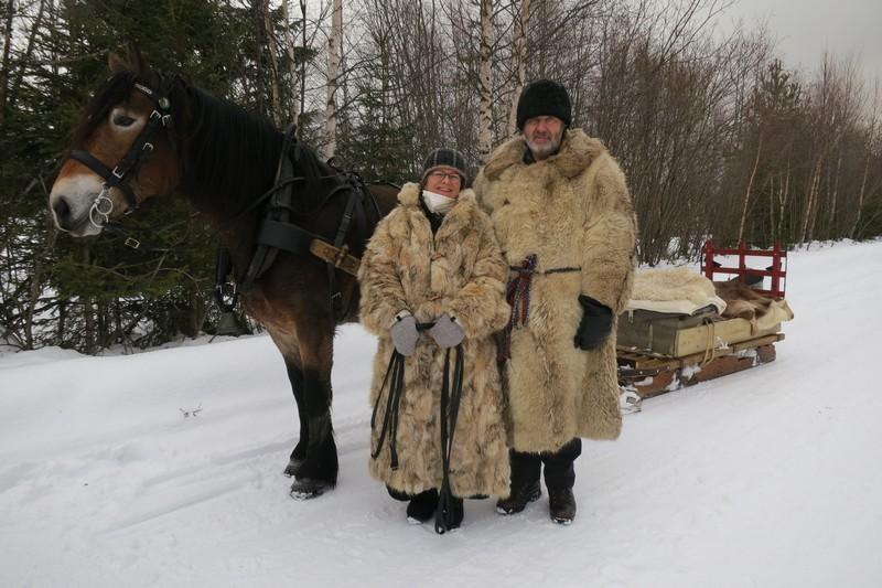 Marit Lahlum Ruud (kusk) og Hans Lahlum, begge fra Stange, med hesten Mykla. Foto: Karine Bogsti