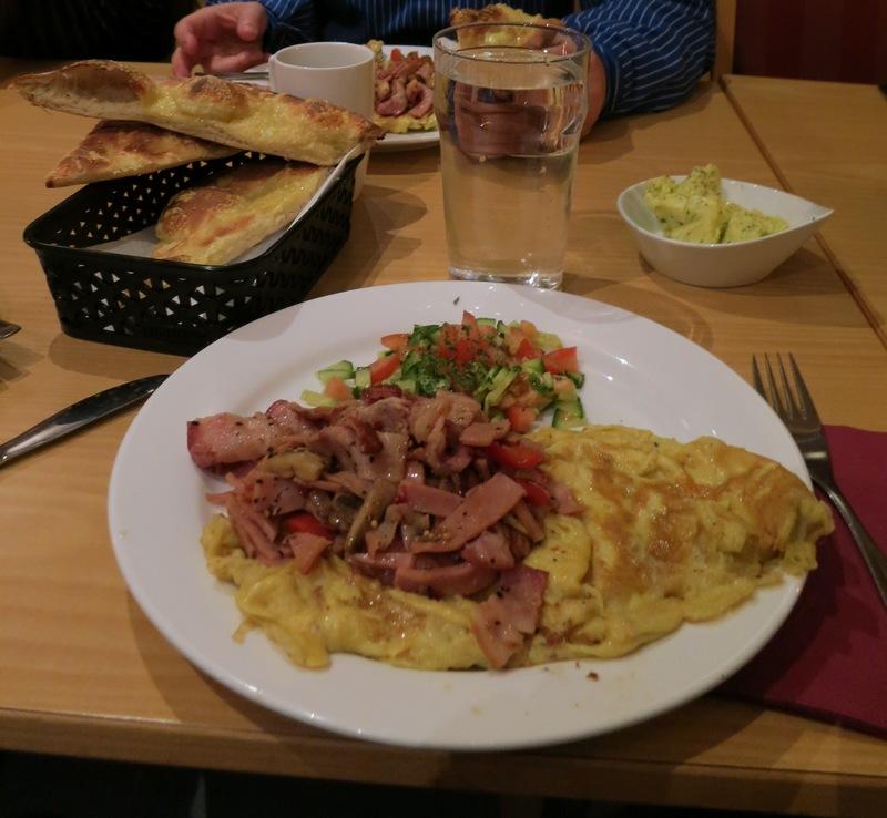 Utradisjonell, men veldig god frokost på Trollkroa i dag morges. Foto: Karine Bogsti