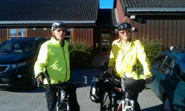 Berger Frogner (t.v.) og Helge Bryhni er noen spreke lasskjørere som sykla fra Røros til Romedal. Her på Malmplassen, Tolga