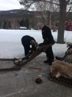 Så var det å skru på hjul på sleden.... Jøran og Jørgen i aksjon. Foto: Gry Ottesen
