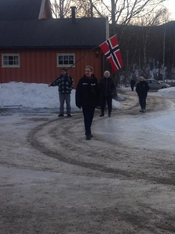 Kjempehyggelig med folk som møter oss med flagg og smil. Foto: Gry Ottesen