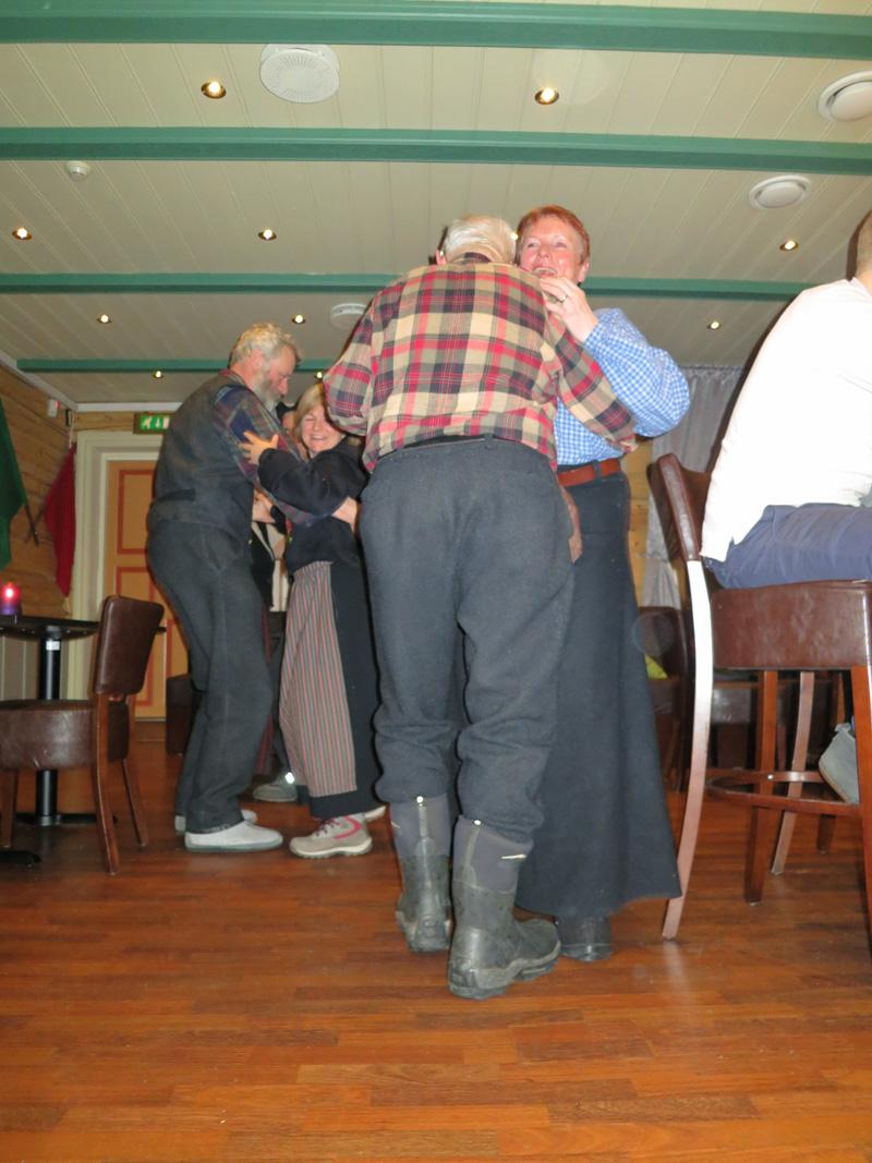 På skotøyet skal lasskjøreren kjennes ;-) Nesnalobber, digre varmestøvler og tøfler duger når lasskjørerne svingte seg på stasjonen på Tynset. Foto: Karine Bogsti
