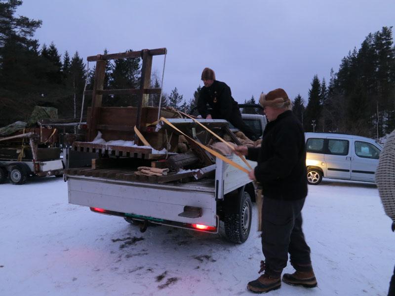 I dag måtte lasskjørerne også bruke kreftene, med å få sleder og bagasje på bil, mens hesta kunne hvilke ekstra. Foto: Karine Bogsti