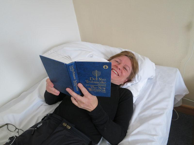 Vi har nytt hviledagen på Alvdal Taverna, og Marit fant fram boka som fantes på rommet. Foto: Karine Bogsti