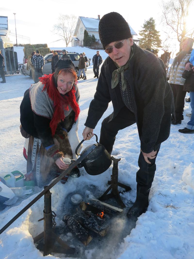 Mari og Berger koker kaffe og serverer. Foto: Karine Bogsti