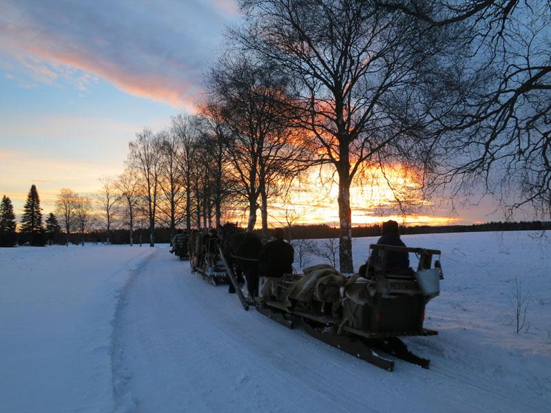 Soloppgang i alle farger i Løten gir en fin start på dagen. Foto: Karine Bogsti
