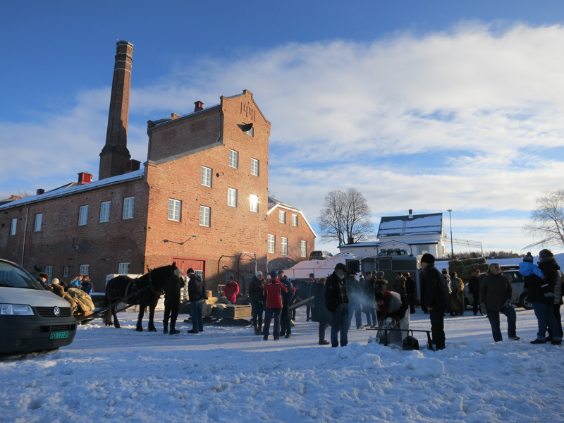 Hyggelig med mange som ønsket oss god tur på historiske Atlungstad Brenneri. Foto: K. Bogsti