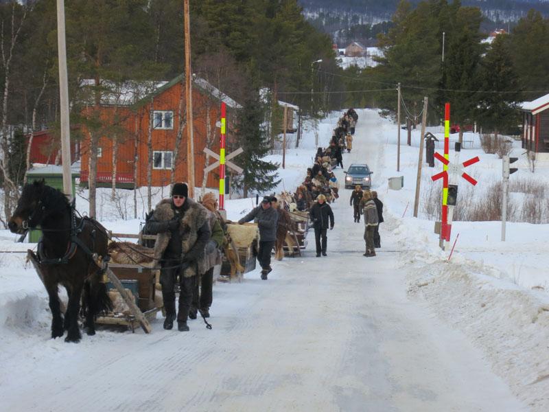 Det krever logistikk og kontakt med jernbane når nær 30 hester skal krysse jernbaneoverganger. Foto: Karine Bogsti