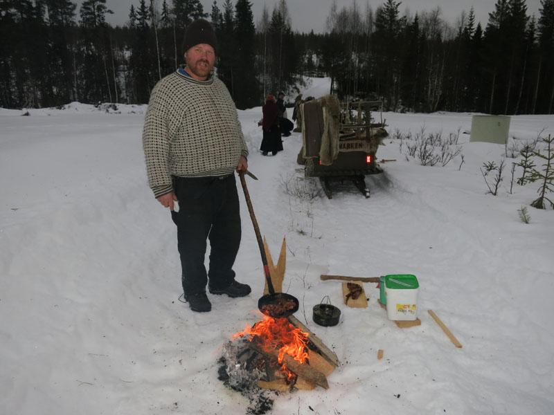 Bålfyring under dagens langkvil, og Truls steiker her flesk. Foto: Karine Bogsti