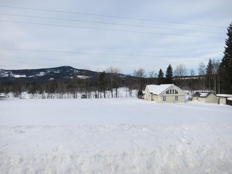 Her renner Åsta ut i Glomma. Hadde vi kjørt Ringsakerfjellet, hadde vi kjørt langs Åsta. Foto: Karine Bogsti