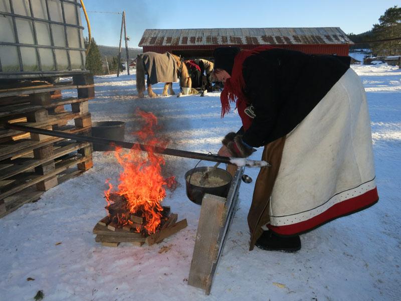 Mari lager aspargessuppe i langkvilen. En tyrikabbe som lå langs vegen ga fart på bålet, og det var en kreativ vri på kaffekjerringa denne dagen,ja. Vi har med både primus og ved som vi bruker til kaffekoking og matlaging. Foto: Karine Bogsti