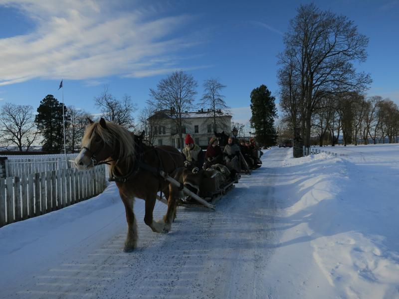 Følget passerer Atlungstad gard. Foto: K. Bogsti