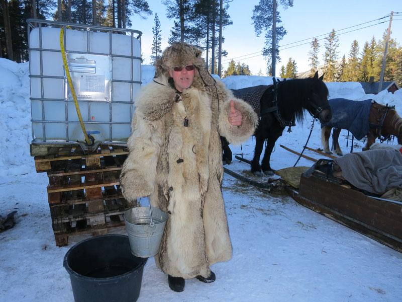 Mikkel har tommelen opp for Dalåsen på Hardneset som er så snille og setter klart drikkevatn til hesta våre langs vegen. Tusen takk! Foto: Karine Bogsti
