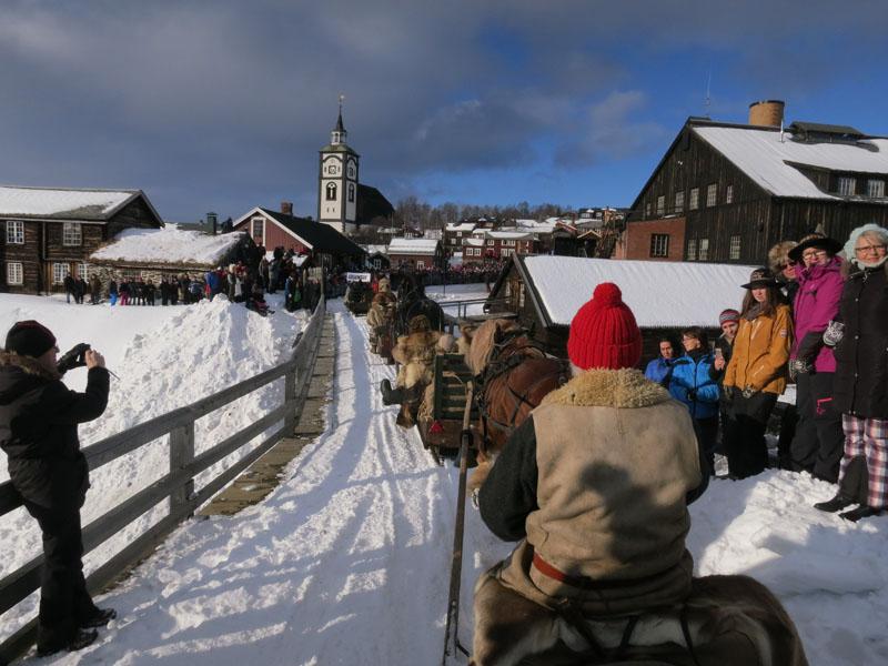 Jørgen Hveem på sleden kusker inn til åpninga av Rørosmartnan. Foto: Karine Bogsti