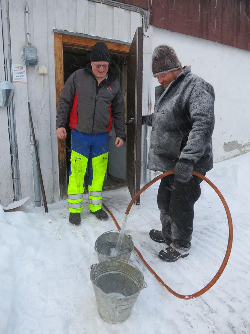 Ola Røsten (t.v.) på Hummuelrøsten har brøytet kjempefin veg for oss over Håmmålmoen, og vi fikk attpå vatn hos han. Tusen, tusen takk! Foto: Karine Bogsti