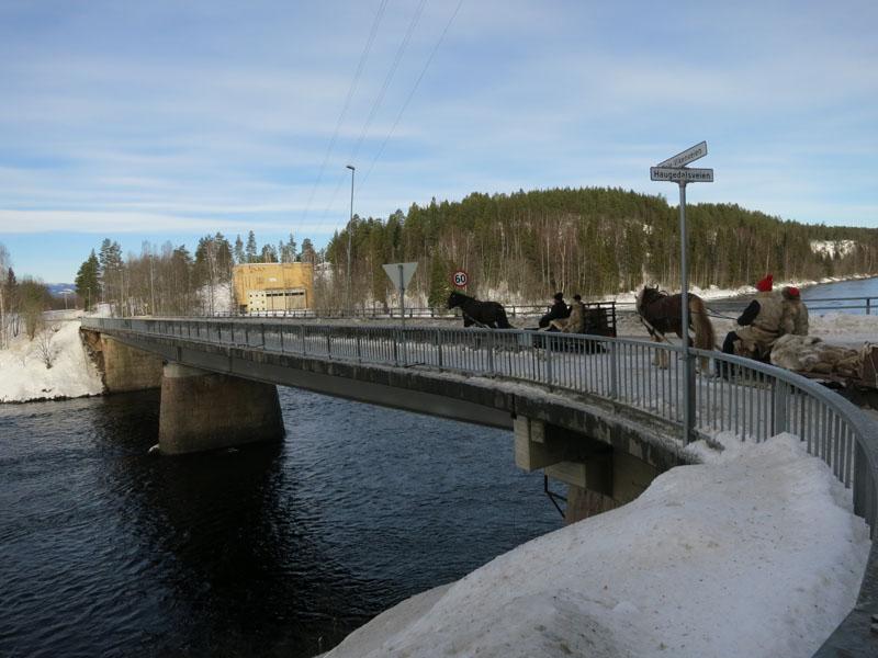 På veg over Rena-elva. Foto: Karine Bogsti