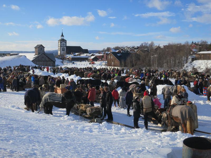 Mye folk møtte lasskjørerne på Røstplassten etter innkjøringa/åpninga av martnan. Foto: Karine Bogsti
