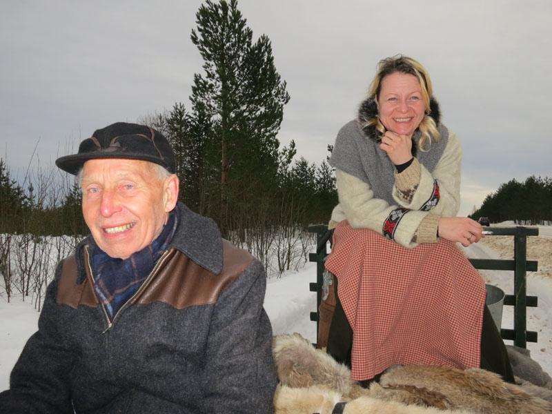 Nei, har du sett - er det nissen eller dronninga på lasset til Emil ? ;-) Gry har funnet et godt utsiktpunkt til trafikk og veger på tønna :-) Foto: Karine Bogsti