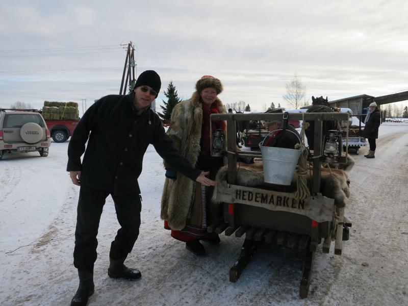 Tadaaa- Den niende turen til foreninga erklæres herved i gang! Berger og Mari henger skiltet på sleden. Foto: Karine Bogsti