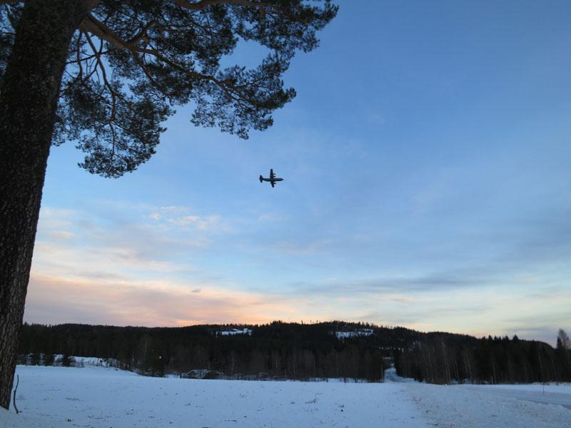 Et stort Herkules (?)-fly kjørte like over oss i det vi nesten var framme i Strandbygda. Foto Karine Bogsti