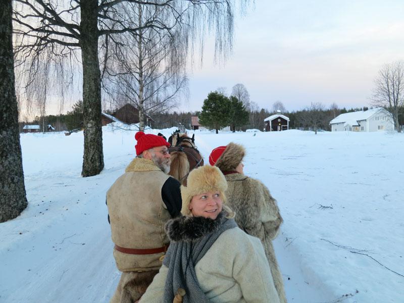 Lasskjørere som følger med flyet, og her på veg inn til dagens endepunkt - Økset Søndre i Strandbygda. Foto: Karine Bogsti