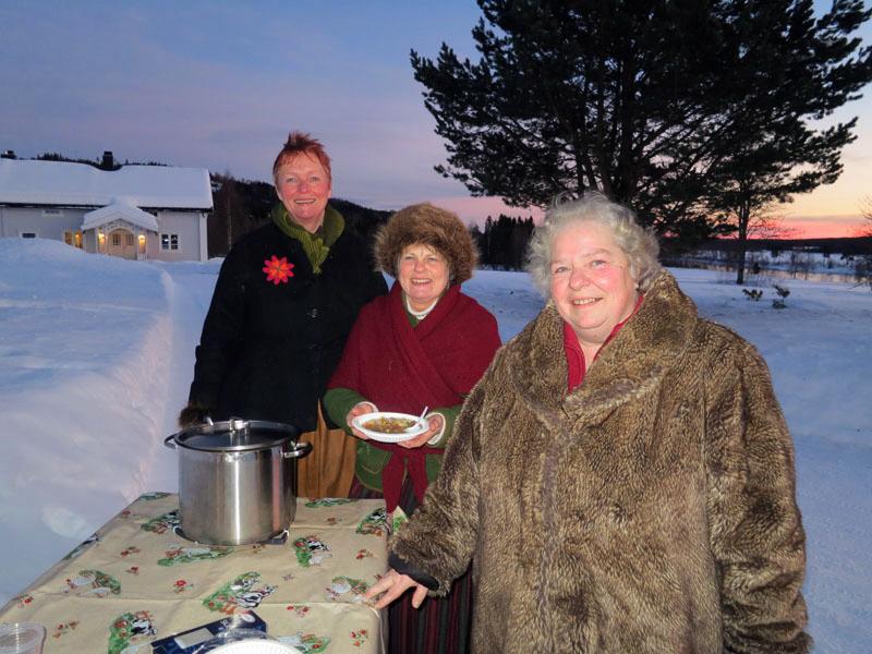 Vi har fått en varm og god velkomst hos gjestfrie Steinar og Sissel (t.h.) Øxkseth på Økset Søndre, med blant annet varm suppe som sultne og slitne lasskjører som her Mari og Eli har fått. Foto: Karine Bogsti