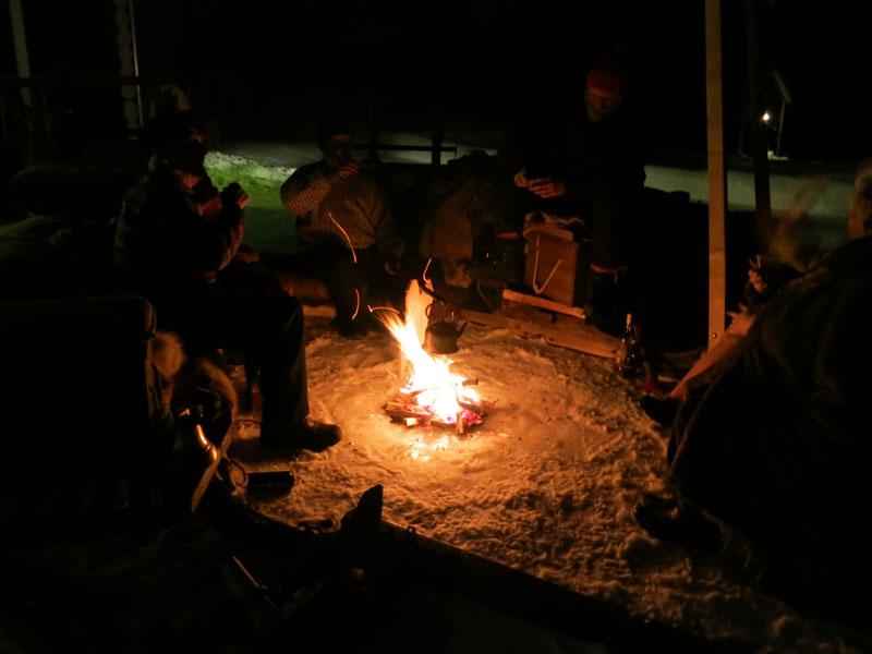 Dagen ble avsluttet rundt bålet, og nå venter snart ei god natts søvn. Foto: Karine Bogsti