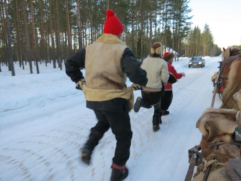 Jørgen må prøve damegangen med høye spark og skjørtløft, til mye latter og moro. Foto: Karine Bogsti