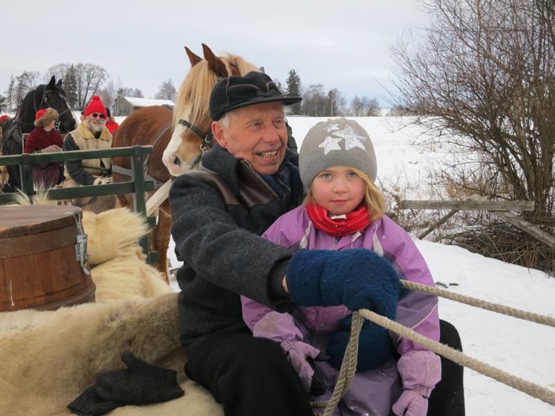 Kjempehyggelig å møte på bestefarsjente på vegen. Emil og Mari (5) ved Starene. Foto: Karine Bogsti